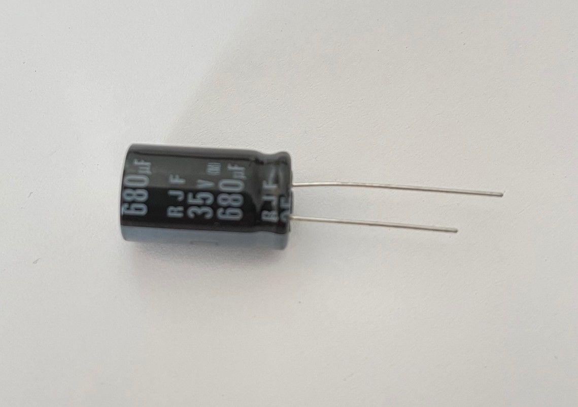50 x Elko 680uF 35V Kondensator ELNA 105°C RJF-35V681MI5GY